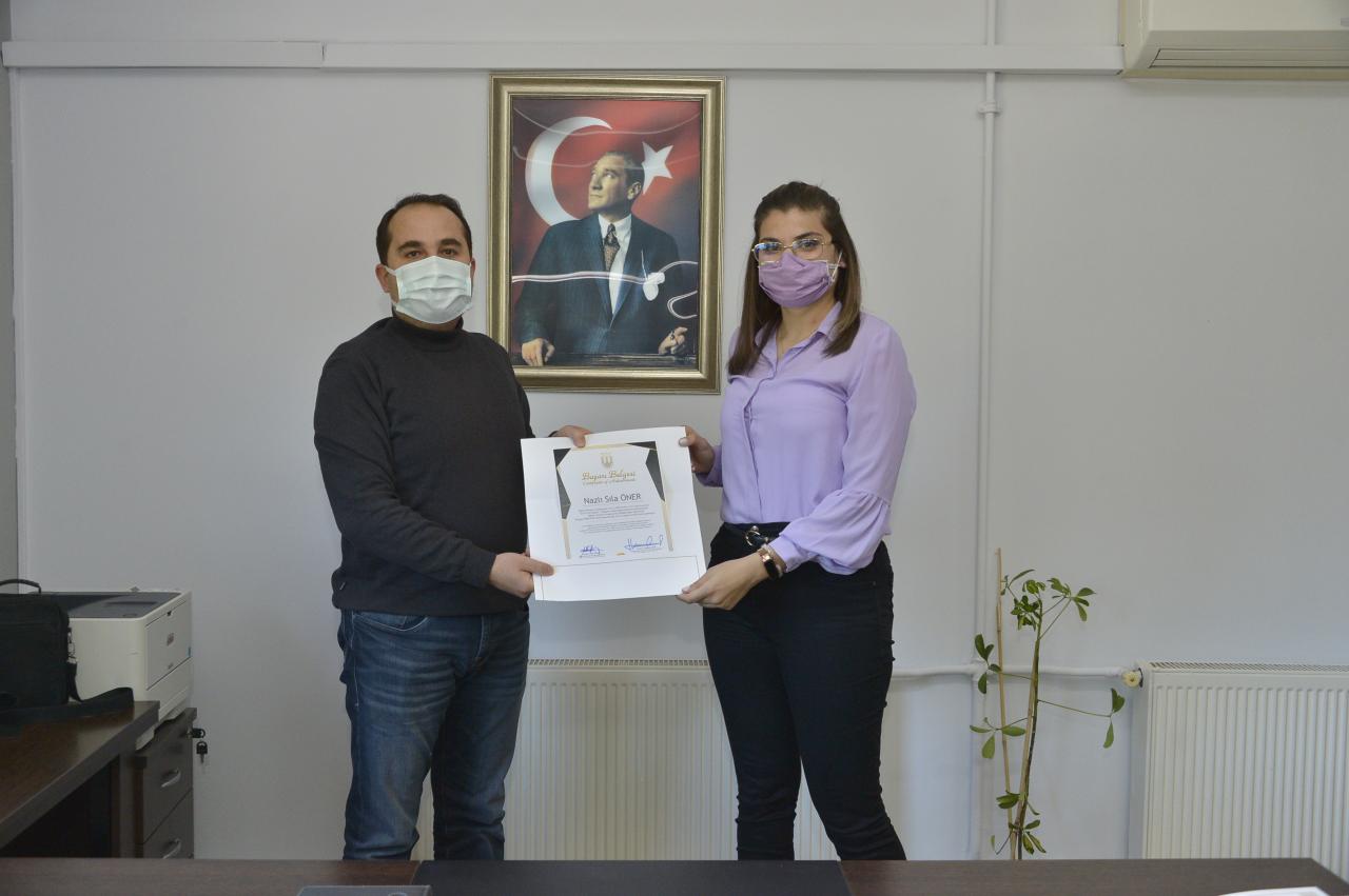 Enstitümüz mezunlarından dereceye girenlere başarı belgesi takdim edilmiştir.