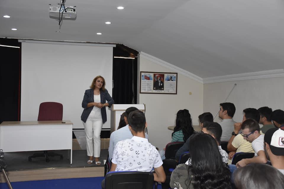 Yüksekokul Müdürü Dr. Öğretim Üyesi Hatice ULUSOY, öğrencilerimize Oryantasyon Programının içeriği ile ilgili genel bilgi vererek öğrencilerimizin istek ve taleplerini dinledi.